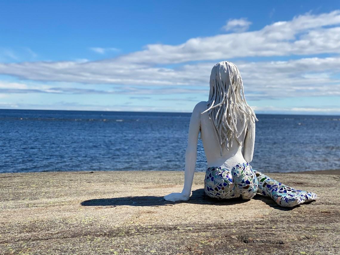 Sjöjungfrun spanar ut över havet.