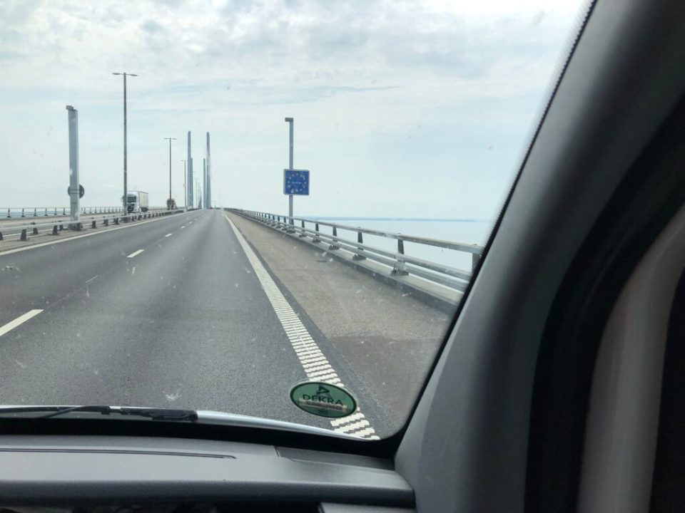 Vi brukar tuta när vi passerar in i Sverige…