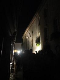 Le public descend la rue du Mercadial. le film projeté est un montage des films de Louis Gros, instituteur à Lautrec dans les années 50