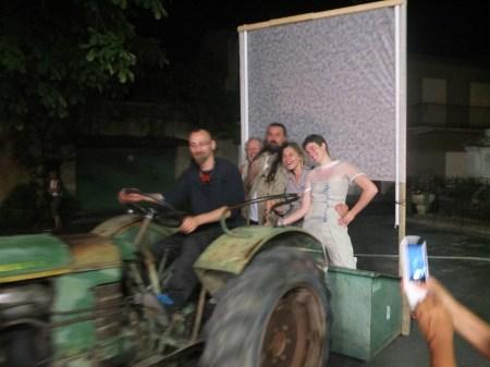 La fine équipe se paye un tour en tracteur.
