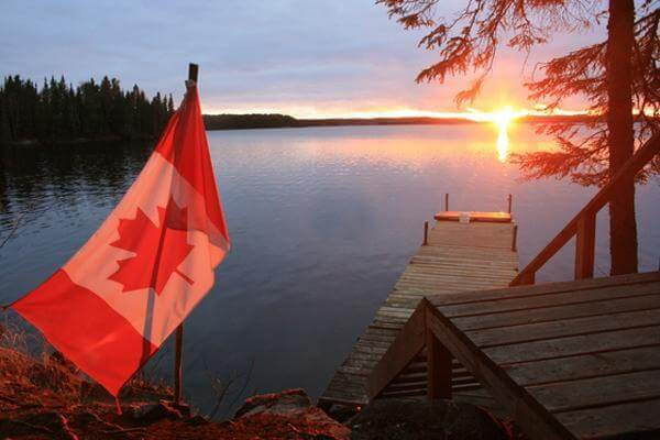 Celebrating canada 150 outdoors in classic red and white for Home decor parties canada
