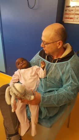 Bertine et son papa d'accueil à l'hôpital