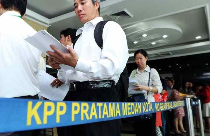 Warga mengantre untuk mengikuti program pengampunan pajak (Tax Amnesty) di Kantor Pelayanan Pajak Sumut Wilayah I, Medan, Kamis (29/9). MTD/Efendi Siregar
