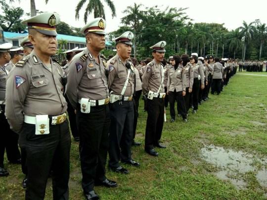 Personil Polisi saat melakukan apel di Lapangan Merdeka, Medan, Kamis (29/9). Personel gabungan dari Polda Sumut dan Polrestabes Medan ini akan disiagakan di lokasi yang menjadi titik sasaran para buruh yang melakukan aksi serentak secara nasional.MTD/Budhie Gaspa