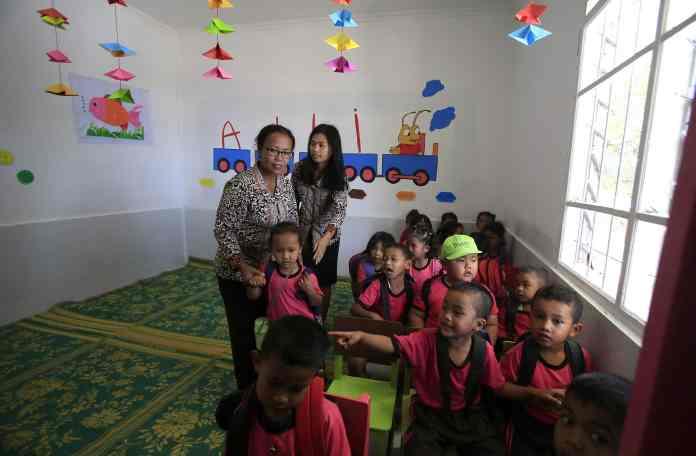 Sejumlah siswa TK Elsamana memasuki ruang kelas mereka usai diresmikan oleh pihak Alfamart di Desa Kutabuluh, Karo. MTD/Dedis SJ