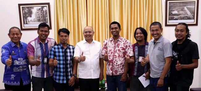 Walikota Medan, Dzulmi Eldin foto bersama pengurus Organisasi profesi Pewarta Foto Indonesia (PFI) Medan di Kantor Walikota Medan, Kamis (06/10/2016). MTD/dok PFI-Medan
