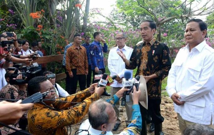 Presiden Joko Widodo (kiri) bersama Ketua Umum Partai Gerindra Prabowo Subianto (kanan) memberikan keterangan pers usai melakukan pertemuan di Padepokan Garuda Yaksa, Hambalang, Bogor, Senin (31/10). MTD/Biro Pers Setpres