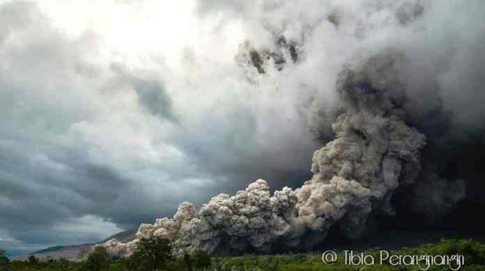 Luncuran awan panas saat erupsi Gunung Sinabung 01 November 2016. Foto: Facebook Tibta Pangin