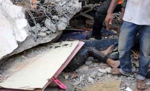 Warga bersama tim Basarnas dibantu aparat TNI/Polri mencari korban yang tertimbun bangunan yang roboh akibat bencana gempa di Pidie Jaya, Aceh, Rabu (7/12).  ANTARA FOTO/Irwansyah Putra/aww/16.