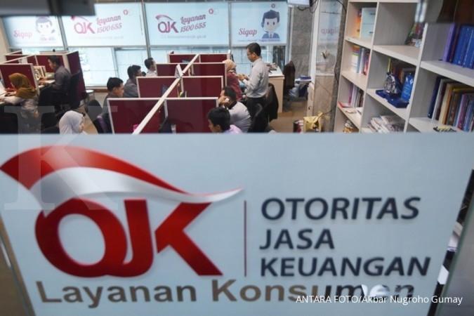 Petugas Otoritas Jasa Keuangan (OJK) beraktivitas di ruang layanan Konsumen, Kantor OJK, Jakarta, Senin (23/10). Menjelang peralihan Sistem Informasi Debitur (SID) atau yang dikenal sebagai BI Checking dari Bank Indonesia ke OJK pada tahun 2018, Bank Indonesia bersama OJK terus melakukan pengembangan Sistem Layanan Informasi Keuangan (SLIK) yang akan menggantikan SID, agar dapat secara optimal mendukung kebutuhan industri yang semakin kompleks serta mendukung tugas OJK, BI maupun tugas lembaga terkait lainnya dengan optimal. ANTARA FOTO/Akbar Nugroho Gumay/aww/17.