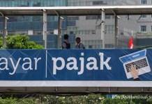 """TARGET PENERIMAAN PAJAK 2016. Iklan sosialisasi pembayaran pajak terpasang di jembatan penyeberangan orang di Jakarta, Senin (22/02). Menteri Keuangan Bambang Brodjonegoro menilai target penerimaan perpajakan dalam RAPBN 2016 sebesar Rp1.565,8 triliun masih wajar dengan mempertimbangkan kondisi perekonomian terkini dan prospek tahun depan. """"Pemerintah menilai target tersebut cukup wajar dengan mempertimbangkan perlambatan perekonomian tahun 2015 dan prospek tahun 2016 serta langkah ekstensifikasi dan intensifikasi yang dilakukan pemerintah. KONTAN/Fransiskus Simbolon/22/02/2016"""