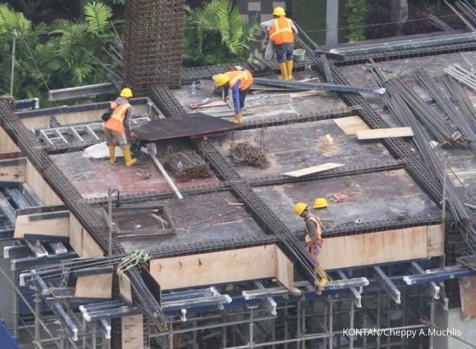 Pembangunan apartemen di Jakarta, Rabu (24/7). Penjualan industri properti pada semester pertama tahun ini tercatat masih lesu. Kondisi tersebut terkait beberapa faktor,salah satunya kondisi politik yang tengah terjadi. Pelaku bisnis dan investor properti pun berharap politik dalam negeri bisa lebih stabil pada semester II nanti. KONTAN/Cheppy A. Muchlis/24/07/2017