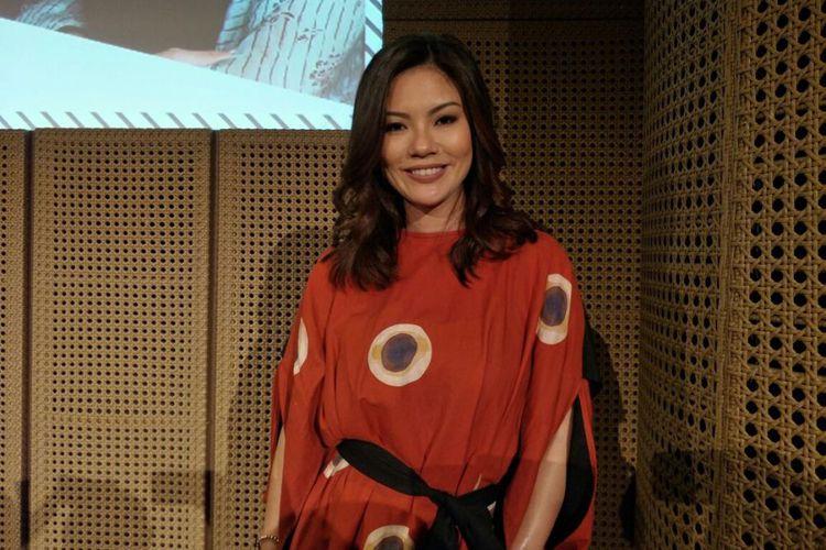 Pembawa acara Aline Adita dalam acara peluncuran #i4vloglaunch di Galeri Indonesia Kaya, Grand Indonesia, Tanah Abang, Jakarta Pusat, Kamis (23/11/2017).(KOMPAS.com/ Dian Reinis Kumampung)