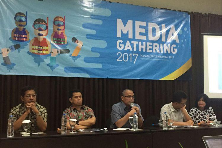 Sejumlah pembicara dalam acara Media Gathering Direktorat Jenderal Pajak Kementerian Keuangan di Manado, Sulawesi Utara, Rabu (22/11/2017). Para pembicara (dari kiri ke kanan); Direktur Penyuluhan, Pelayanan, dan Humas DJP Hestu Yoga Saksama; Direktur Peraturan Perpajakan II Yunirwansyah; pengamat pajak Darussalam; Direktur Peraturan Perpajakan I Arif Yanuar; dan Kasubdit Pertukaran Informasi Perpajakan Internasional Leli Listianawati.(KOMPAS.com / ANDRI DONNAL PUTERA )
