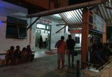 Keluarga Ema Sutiella salah seorang warga yang menjadi korban meninggal dunia akibat gempa di Ambon menunggu hjenazah korban di dikeluarkan dari rumah sakit Sumber Hidup Ambon, Selasa malam (31/10/2017) (Kontributor Ambon, Rahmat Rahman Patty)