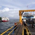 Aktivitas bongkarmuat kendaraan di dermaga Pelabuhan Ketapang, Banyuwangi, Jawa Timur, Selasa (10/10). Untuk mengantisipasi lonjakan penumpang dari Bali menuju Banyuwangi bila Gunung Agung meletus, PT ASDP Ketapang telah menyiapkan 52 kapal ferry dan membuat posko tanggap darurat di beberapa titik. ANTARA FOTO/Budi Candra Setya/foc/17.