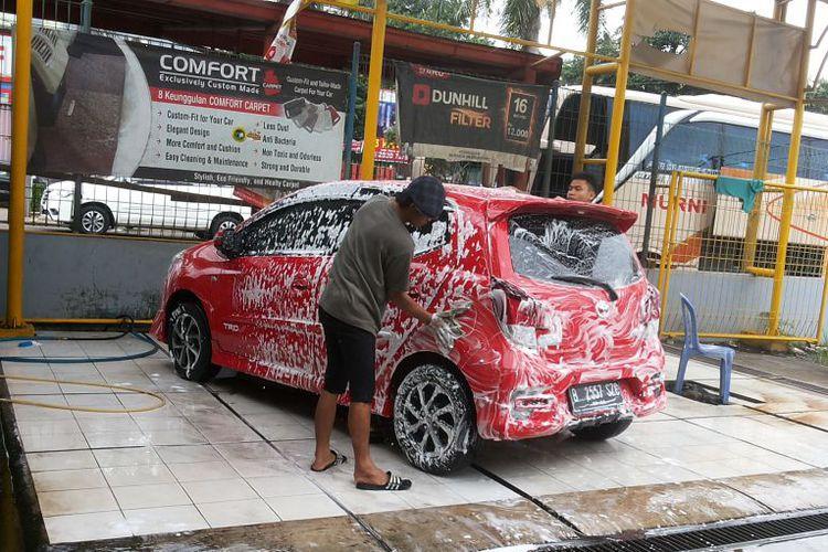 Suasana di salah satu layanan cuci mobil steam hidrolik yang ada di Depok, Selasa (7/11/2017).KompasOtomotif/Alsadad Rudi Suasana di salah satu layanan cuci mobil steam hidrolik yang ada di Depok, Selasa (7/11/2017).
