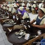 Sejumlah karyawan melakukan proses pelintingan rokok di area sigaret kretek tangan (SKT) di PT Gelora Djaja di Surabaya, Jawa Timur, Jumat (6/1). Pada 2017, pemerintah mengeluarkan kebijakan cukai yang baru melalui peraturan menteri keuangan nomor 147/PMK.010/2016 mengenai kenaikan tarif tertinggi sebesar 13,46 persen untuk jenis hasil tembakau sigaret putih mesin (SPM) dan terendah sebesar 0 persen untuk hasil tembakau sigaret kretek tangan (SKT) golongan IIIB, dengan kenaikan rata-rata tertimbang sebesar 10,54 persen. ANTARA FOTO/M Risyal Hidayat/aww/17.