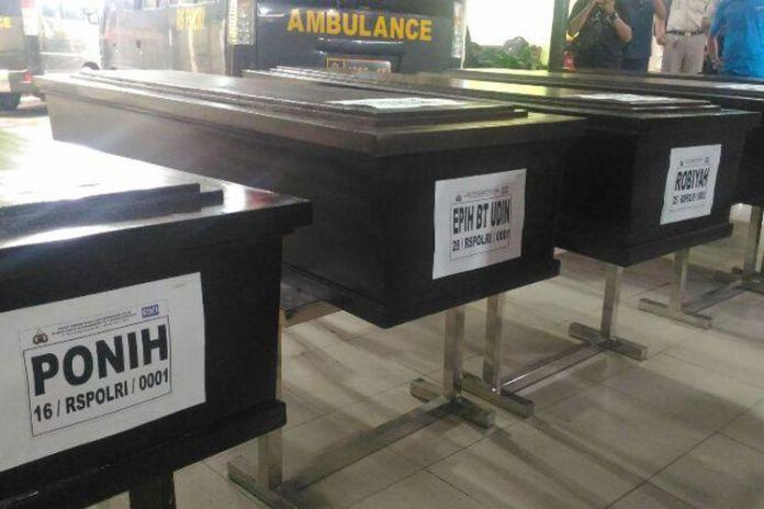 Lima jenazah korban ledakan pabrik mercon dibawa menuju Tangerang dari RS Polri, Senin (30/10/2017) sore.Ridwan Aji Pitoko/KOMPAS.com Lima jenazah korban ledakan pabrik mercon dibawa menuju Tangerang dari RS Polri, Senin (30/10/2017) sore.