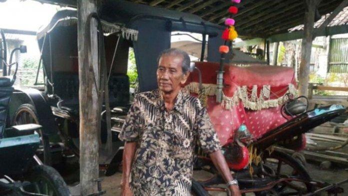 KERETA KUDA--Anwar menunjukkan beberapa kereta kuda yang akan dipakai Kahiyang-Boby dan keluarga menuju gedung pernikahan, Jumat (3/11/2017) sore.