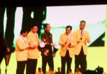 Presiden Joko Widodo (tengah) bersama pimpinan DPP Partai Golkar membuka Munaslub Partai Golkar di JCC, Senayan, Jakarta, Senin (18/12/2017).(KOMPAS.com/Nabilla Tashandra)