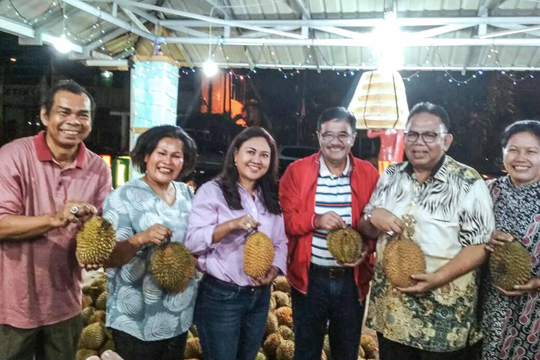 Tiba Di Medan DJAROT Sempatkan Cicip Durian Nande