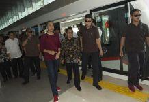 Jokowi Sebut DKI Bisa Subsidi Kereta Bandara Agar Lebih Murah Usai Jokowi meresmikan kereta bandara, sang presiden menyebut pemerintah provinsi DKI Jakarta dapat menyubsidi tiketnya sehingga menjadi lebih murah. (ANTARA FOTO/Rosa Panggabean)