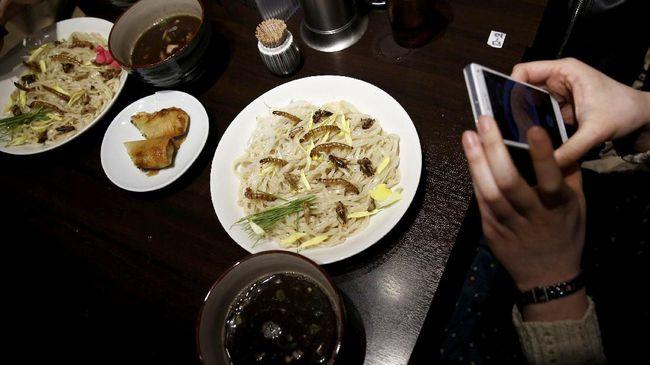 Mayoritas Millenials Makan di Restoran Minimal Sebulan Sekali Riset Inventures menyebut 64 persen millenials makan di restoran minimal satu kali sebulan. 30 persen di antaranya mampir hingga lima kali dalam sebulan. (REUTERS/Kim Kyung-Hoon).