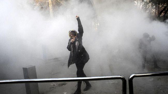 Belasan Tewas saat Demo, KBRI Teheran Imbau WNI Waspada Demonstrasi di Iran membuat KBRI mengeluarkan imbauan waspada bagi seluruh WNI di negara tersebut. (AFP PHOTO/STR)