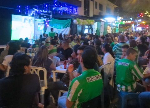 The fans filled the sidewalk area outside La Charcu and Jennylao, where a big screen was set up to watch the Sudamericana Final 2014.