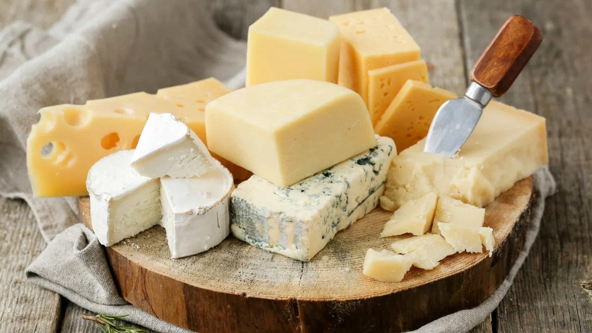 Embora o queijo seja uma boa fonte de proteínas, cálcio e fósforo, infelizmente, o seu consumo em excesso pode ter efeitos indesejados.