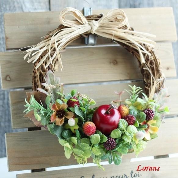 赤リンゴとラズベリーと木苺とコスモスの玄関リース ...