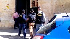 La Guardia Civil detiene a un informático que usurpó la identidad de más 300 personas para solicitar  micro créditos