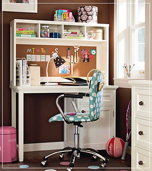 i like this desk! cool idea to have a cork board behind it!