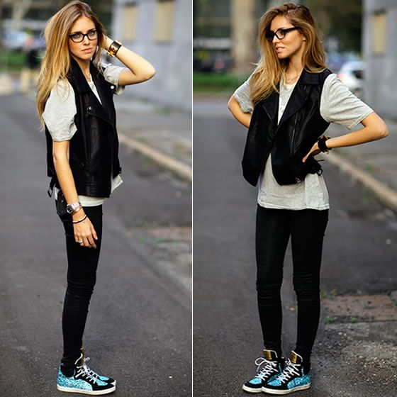 #stealthelook #look #looks #streetstyle #streetchic #moda #fashion #style #estilo #inspiration #camiseta #colete #ChiaraFerragni #couro #preto #tênis #sneaker #azul #cinza #óculos