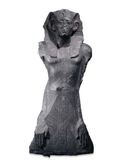 Sésostris III autoritaire et vigilant les mains posées à plat sur son pagne, 12e dynastie, règne de Sésostris III, vers 1872-1854 av. J.-C. Égypte, Deir el-Bahari, complexe funéraire de Montouhotep II. Granodiorite. H. 122 ; l. 58 ; ép. 50 cm © Londres, The British Museum