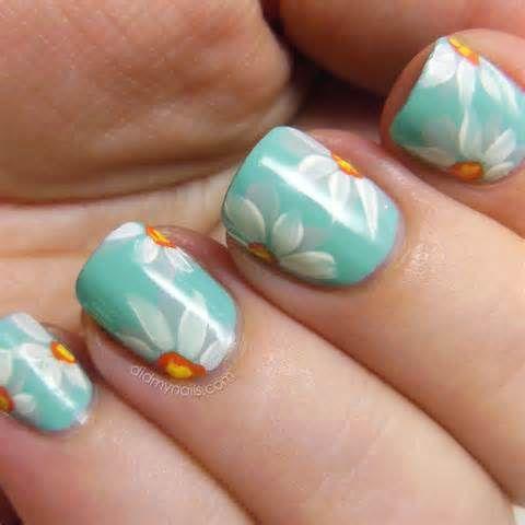 Cute daisy nail design.
