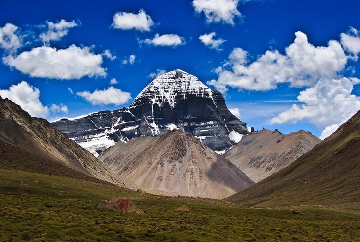 #Tibet . Bordé par la chaine de l'Himalaya, le Tibet possède quelques-uns des plus hauts sommets du monde et son territoire se situe à des altitudes élevées. La randonnée autour du Mont Kailash est réservée aux personnes en bonne santé physique pouvant résister à des conditions de marche extrême à plus de 5000m d'altitude, parfois dans le froid et le vent. En partant de Kathmandou, les marcheurs emprunteront la route de l'Amitié pour rejoindre le grand ouest Tibétain. http://vp.etr.im/ab8b