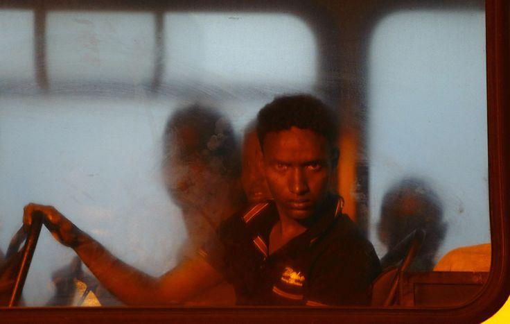 Un immigrato africano di un bordo di ONU autobus della Polizia di Malta.  Il 10 luglio le Forze Armate maltesi Hanno Salvato Sessantotto PERSONE Che cercavano di raggiungere l'Europa su Una navata.  (Darrin Zammit Lupi, Reuters / Contrasto)