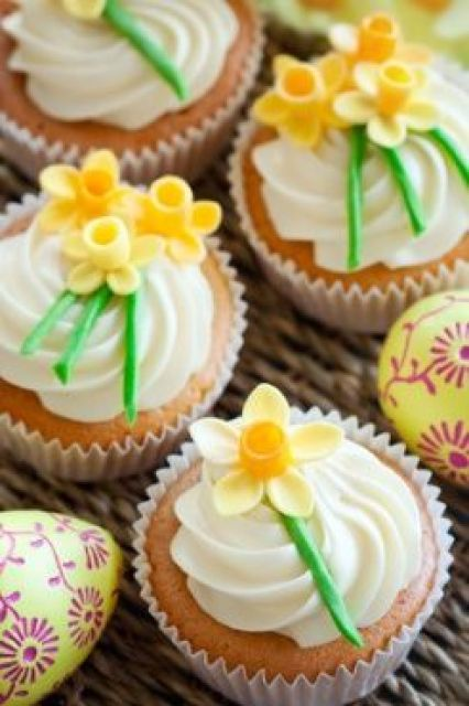 We can't resist these adorable daffodil cupcakes! They're ALMOST too cute to eat! #springweddings #cupcakes #weddings