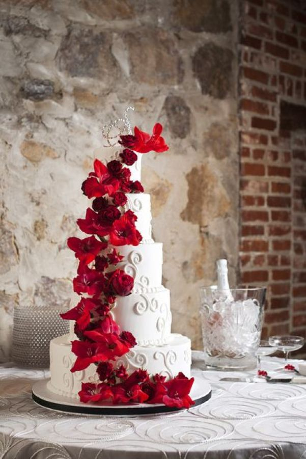 white wedding cake red flowers | winter wedding cake | black and red wedding | Photo Love