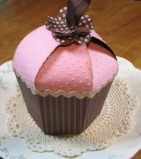 Cupcake gift box: Cuteness. Can you put a cupcake in a cupcake gift box? Also, just want to make them as cupcakes, not boxes...we'll see if I can manipulate it to do that.