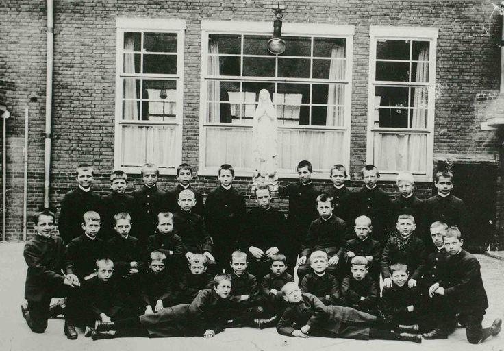 's-Hertogenbosch, Muntelbolwerk; Groep weesjongens op de binnenplaats van het Sint Jozefhuis. #wezen #NoordBrabant #DenBosch #katholiek