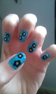 black and gold daisy nail art design