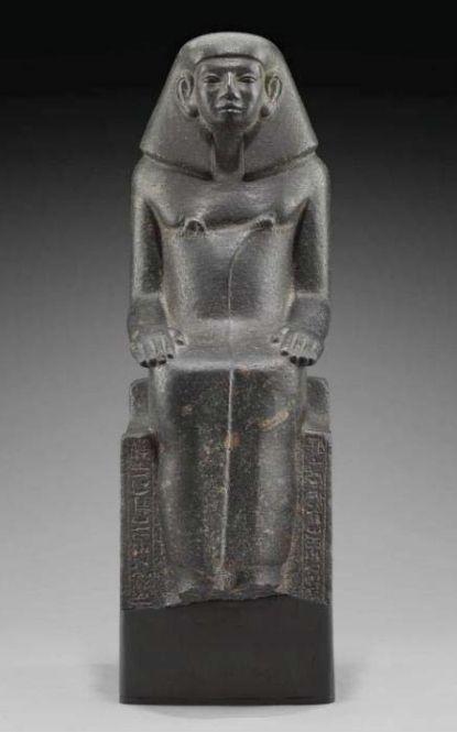 Statue d'un fonctionnaire égyptien provenant de la capitale du pays de Kouch, Kerma, 13e dynastie, Soudan, Kerma. Granodiorite. H. 65 ; l. 22 ; pr. 28,5 cm © Boston, Museum of Fine Arts