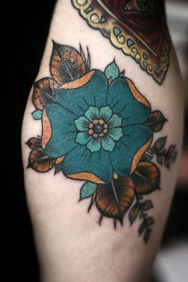 Stilizzato tatuaggio fiore, arancio, bronzo, benzina, verde, blu