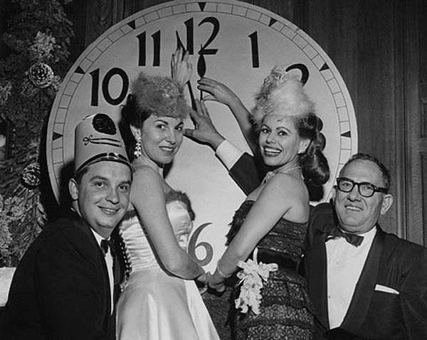 Follow these trend setters and invest in a massive clock face as your celebratory centrepiece #NYE #PillingersHire #Inspiration