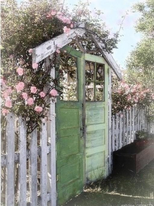 Volete dare al vostro giardino naturale un tocco di stile? Posizionate piccole piante fiorite sui telai di vecchie finestre e appendetele ai rami degli alberi