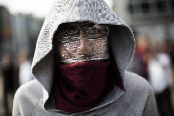 Un manifestante con Il Volto coperto per proteggersi Dai lacrimogeni in piazza Kizilay.  Ankara, Turchia (MARCO Longari / AFP / Getty Images)