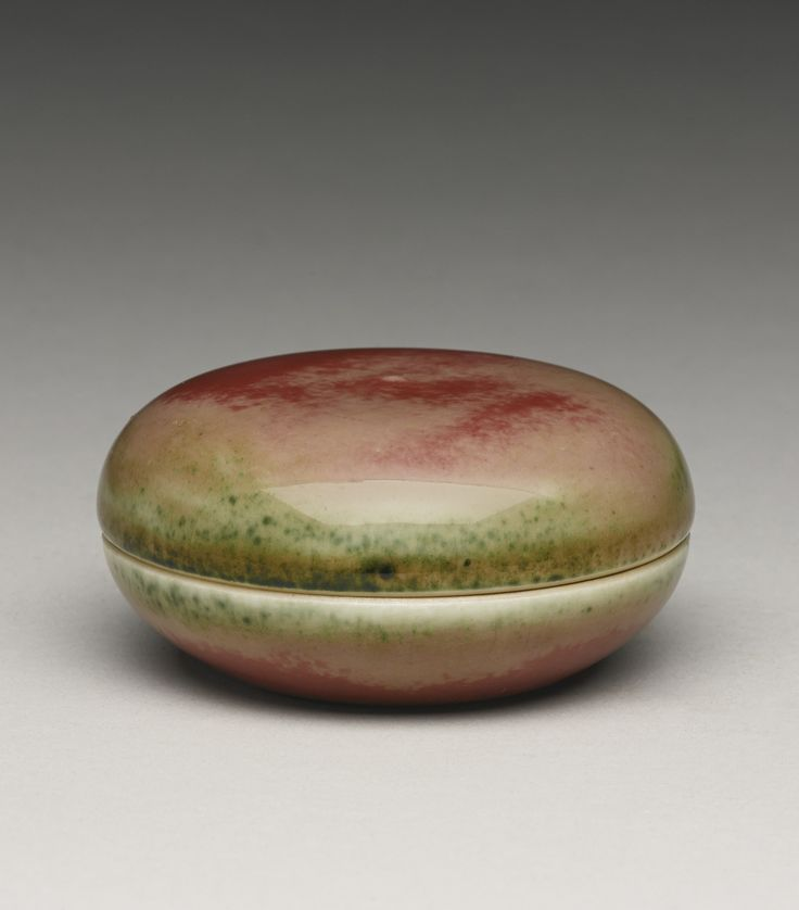 A peachbloom-glazed seal paste box and cover (Yinse He), Kangxi mark and period